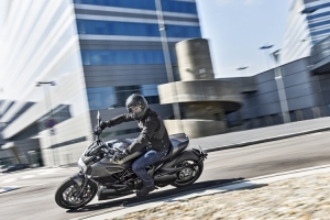 2016-ducati-diavel-carbon-2