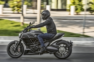 2016-ducati-diavel-carbon-4